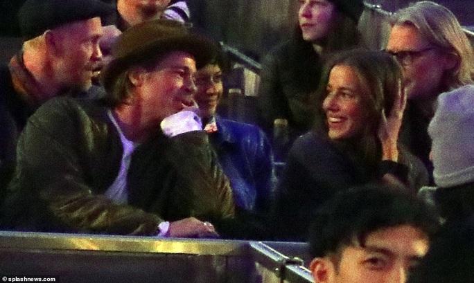 """Brad Pitt bị """"vạch trần"""" say mê tình trẻ từ 9 tháng trước - Ảnh 1."""