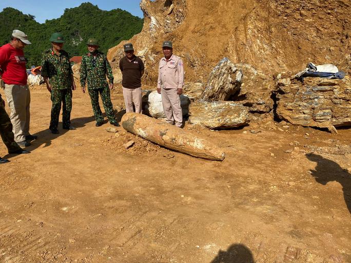 Quảng Bình: Đào đất, hoảng hồn nhìn thấy quả bom khủng 450kg, còn nguyên ngòi nổ - Ảnh 1.