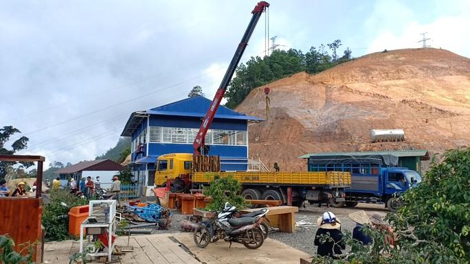 Tháo dỡ trạm dừng chân xây dựng trái phép giữa đèo Đại Ninh - Ảnh 1.