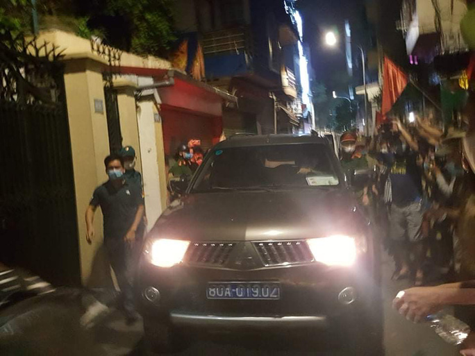 CLIP: Công an rời đi cùng nhiều thùng tài liệu khi khám xong nhà ông Nguyễn Đức Chung - Ảnh 1.
