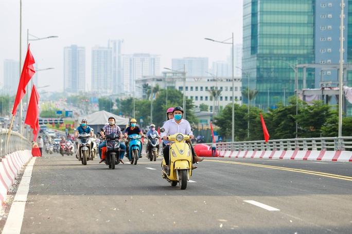 Cận cảnh cầu vượt hơn 500 tỉ đồng mới thông xe - Ảnh 12.