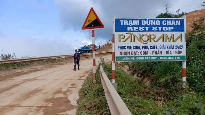 Tháo dỡ trạm dừng chân xây dựng trái phép giữa đèo Đại Ninh - Ảnh 2.