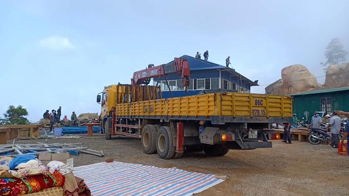 Tháo dỡ trạm dừng chân xây dựng trái phép giữa đèo Đại Ninh - Ảnh 3.