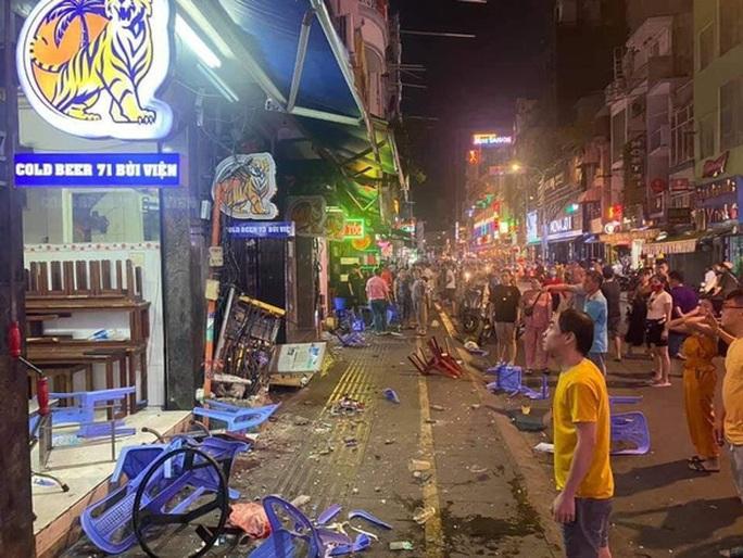 Xe công an phường lao vào hàng loạt quán ăn tại phố Tây Bùi Viện - Ảnh 1.