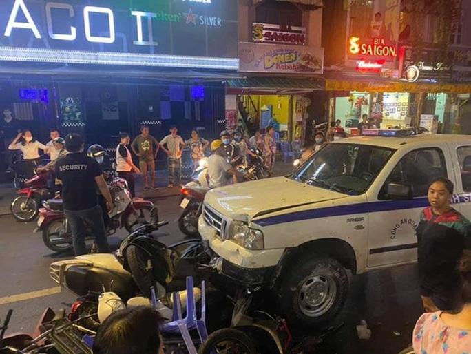 Xe công an phường lao vào hàng loạt quán ăn tại phố Tây Bùi Viện - Ảnh 2.
