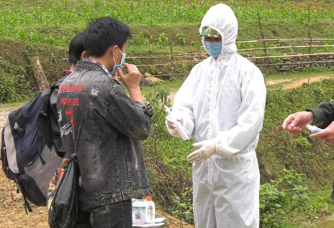 Phát hiện 9 người vượt biên trái phép từ Trung Quốc vào Lào Cai - Ảnh 2.