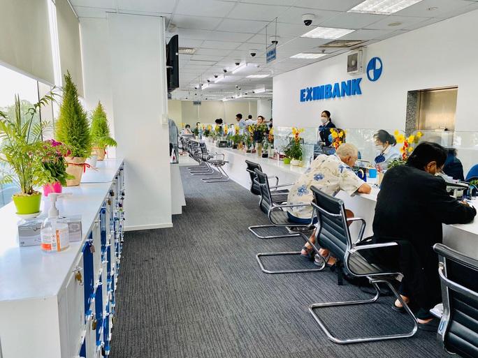 Một phòng giao dịch của Eximbank phải tạm đóng cửa vì khách hàng mắc Covid-19 - Ảnh 1.