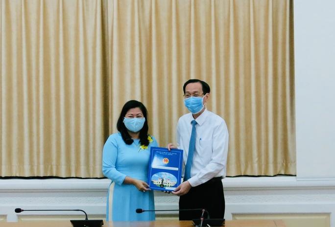 UBND TP HCM trao quyết định cho Trưởng Ban Tổ chức Quận ủy Phú Nhuận - Ảnh 1.