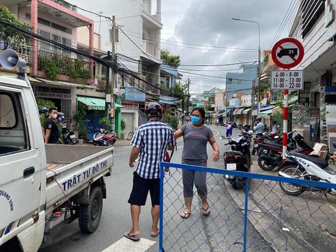 Hình ảnh phong tỏa đường Hồ Văn Đại ở TP Biên Hòa lúc 12 giờ trưa nay - Ảnh 3.