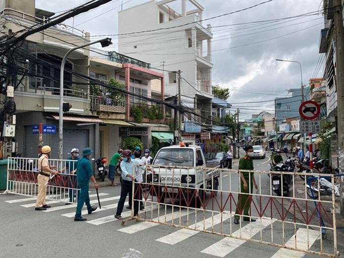 Hình ảnh phong tỏa đường Hồ Văn Đại ở TP Biên Hòa lúc 12 giờ trưa nay - Ảnh 4.