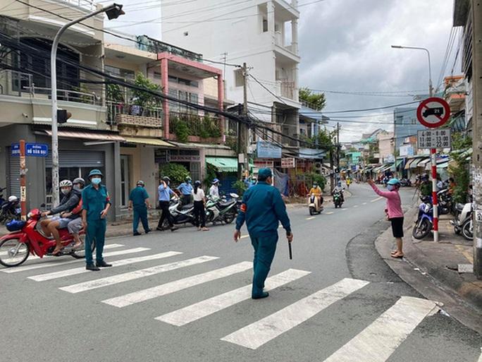 Hình ảnh phong tỏa đường Hồ Văn Đại ở TP Biên Hòa lúc 12 giờ trưa nay - Ảnh 5.