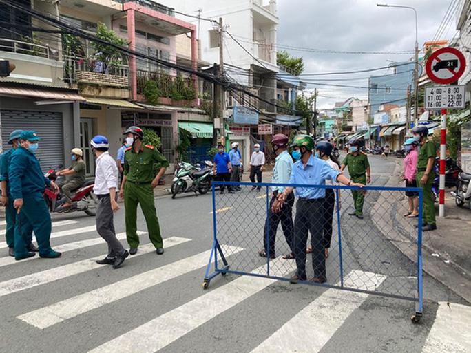 Hình ảnh phong tỏa đường Hồ Văn Đại ở TP Biên Hòa lúc 12 giờ trưa nay - Ảnh 7.