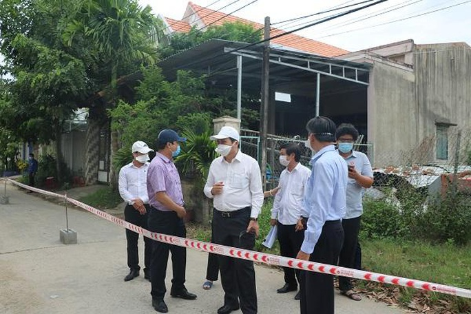 Chủ tịch Đà Nẵng thị sát việc chấp hành cách ly xã hội - Ảnh 3.