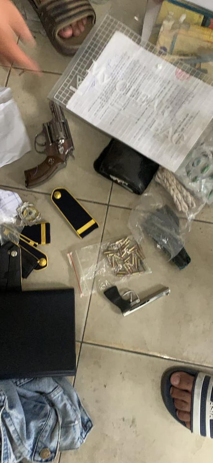 Nhờ camera, công an phát hiện bảo vệ bệnh viện tàng trữ hàng nóng - Ảnh 2.