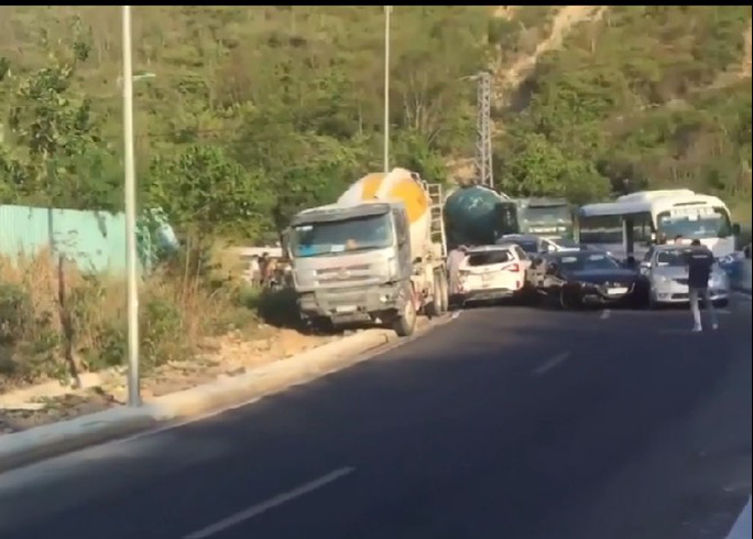 Khánh Hòa: Xe khách lật, xe trộn bê tông ủi hàng loạt xe ô tô - Ảnh 1.