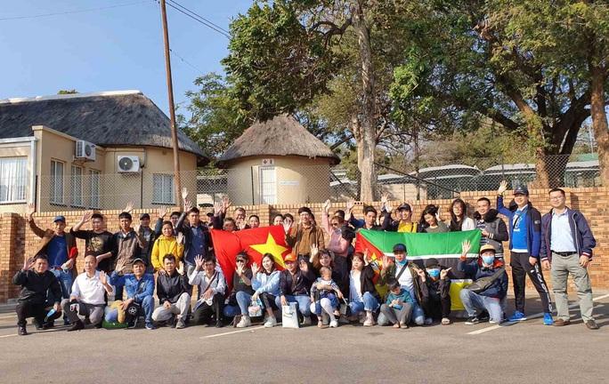 Hành trình đặc biệt của đoàn người Việt từ châu Phi về TP HCM - Ảnh 2.