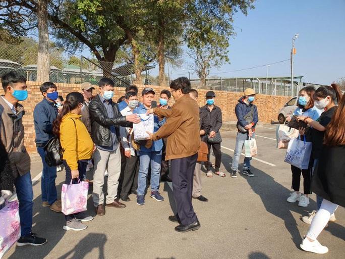 Hành trình đặc biệt của đoàn người Việt từ châu Phi về TP HCM - Ảnh 11.