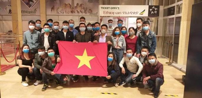Hành trình đặc biệt của đoàn người Việt từ châu Phi về TP HCM - Ảnh 14.