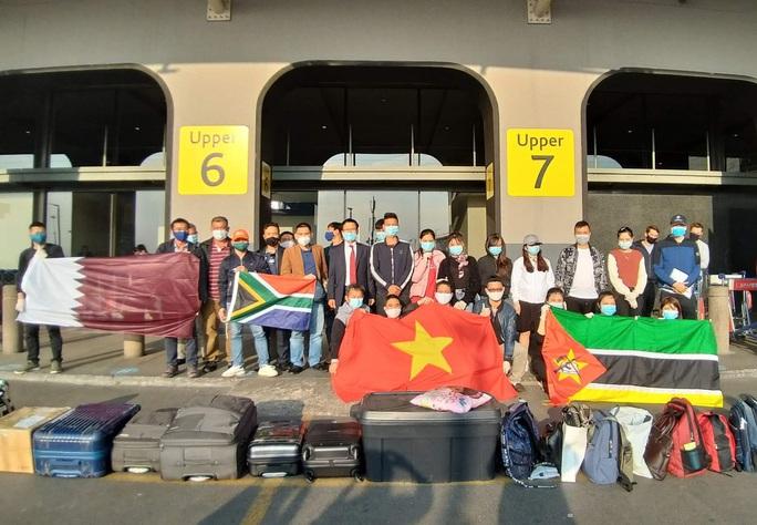 Hành trình đặc biệt của đoàn người Việt từ châu Phi về TP HCM - Ảnh 13.