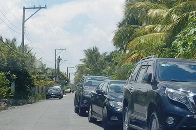 CLIP: Tấp nập xe đậu ngược chiều đường vào nhà 1 phó chủ tịch tỉnh Tiền Giang - Ảnh 1.