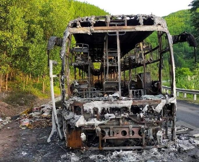 Xe khách giường nằm cháy rụi trong đêm, 40 hành khách thoát nạn - Ảnh 2.