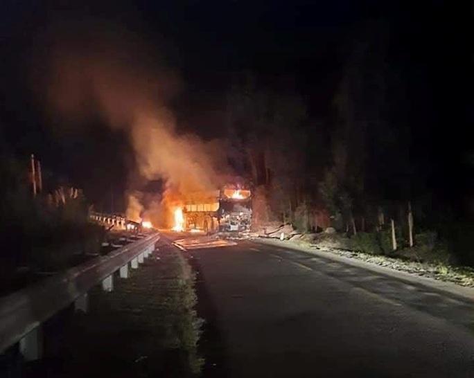 Xe khách giường nằm cháy rụi trong đêm, 40 hành khách thoát nạn - Ảnh 1.