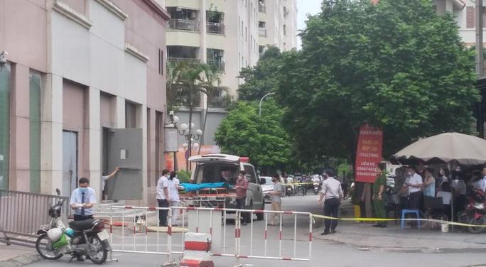 Bé gái 6 tuổi rơi từ tầng 12 toà nhà xuống đất tử vong - Ảnh 1.