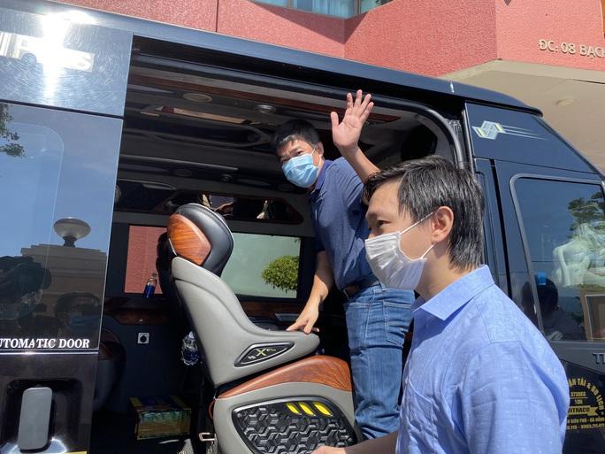 Xúc động giây phút chia tay đoàn y, bác sĩ Bệnh viện Chợ Rẫy rời Đà Nẵng - Ảnh 4.