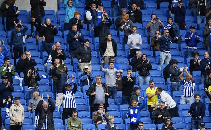 Bóng đá châu Âu thử đón khán giả trở lại - Ảnh 1.