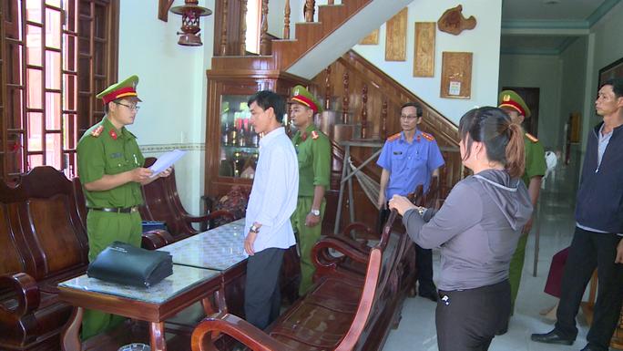 Phú Yên: Bắt tạm giam nhóm cán bộ cấu kết làm sổ đỏ trái luật - Ảnh 1.