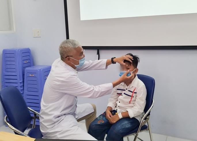 Nhãn cầu rời khỏi hốc mắt bé trai, bác sĩ áp dụng kiểu phẫu thuật chưa từng có để cứu - Ảnh 1.