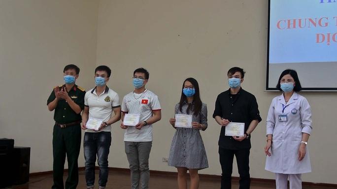 4 ca bệnh Covid-19 trở về từ Nga được xuất viện - Ảnh 1.