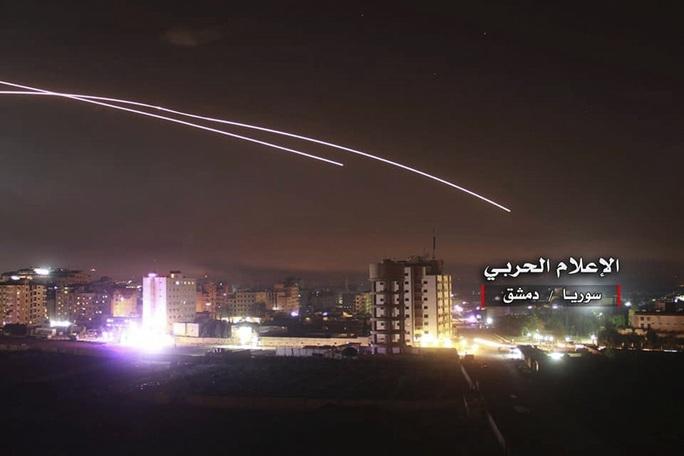 Bị hàng loạt chiến đấu cơ Israel oanh tạc, Syria kích hoạt phòng không - Ảnh 1.