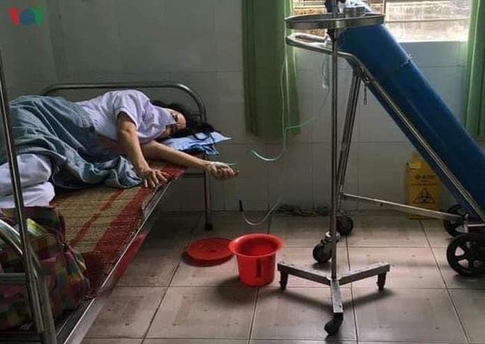 Nhân viên y tế ở Đà Nẵng ngất xỉu vì làm việc quá sức - Ảnh 1.