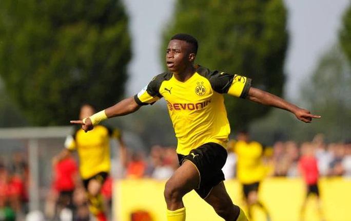 """Bundesliga sửa luật vì """"thần đồng"""" Moukoko - Ảnh 1."""