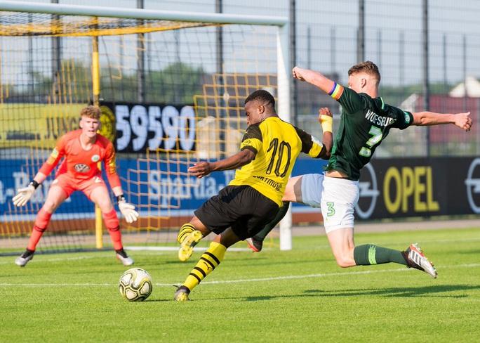 """Bundesliga sửa luật vì """"thần đồng"""" Moukoko - Ảnh 2."""