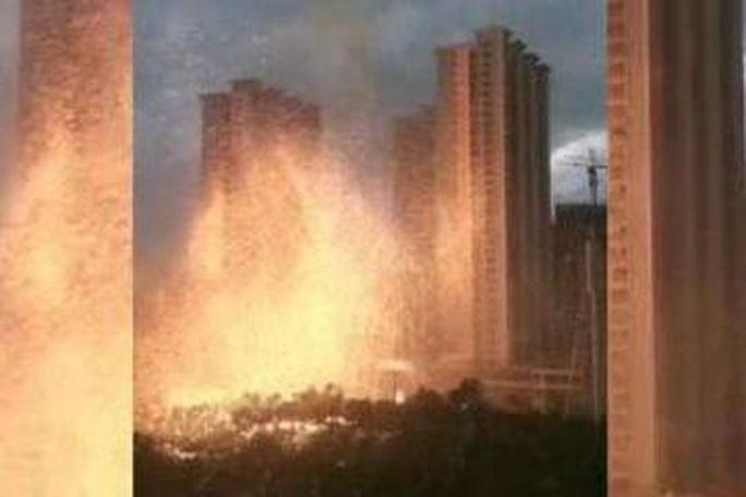 """Trung Quốc: Sét đánh trúng tòa nhà, gây """"mưa"""" tia lửa - Ảnh 3."""