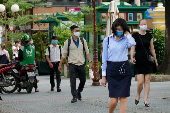 CLIP: Ngày đầu bắt buộc phải đeo khẩu trang nơi công cộng ở TP HCM - Ảnh 4.