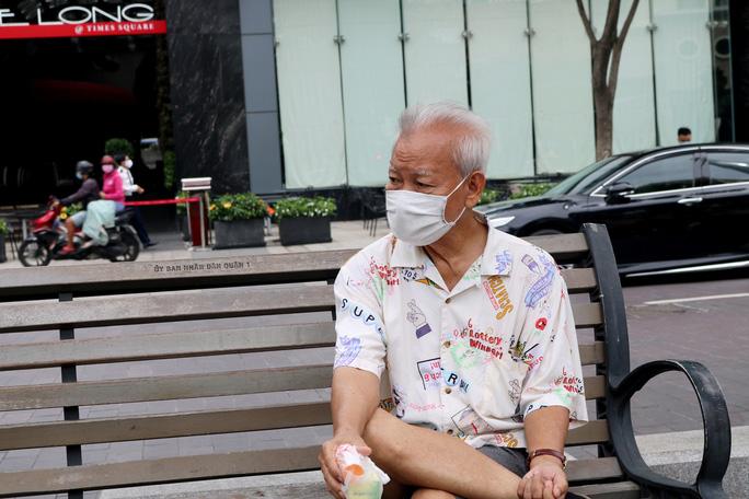 CLIP: Ngày đầu bắt buộc phải đeo khẩu trang nơi công cộng ở TP HCM - Ảnh 2.