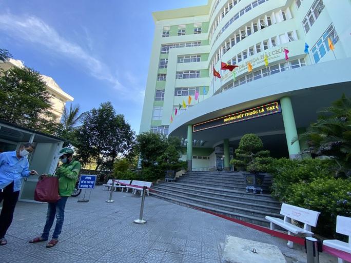 Đà Nẵng phong tỏa thêm một trung tâm y tế quận - Ảnh 1.