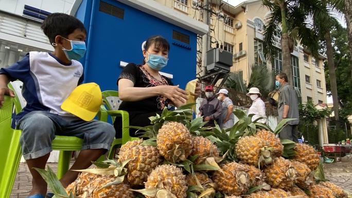 Hành động đẹp của cậu bé 10 tuổi ở góc đường An Dương Vương, quận 5 - Ảnh 3.