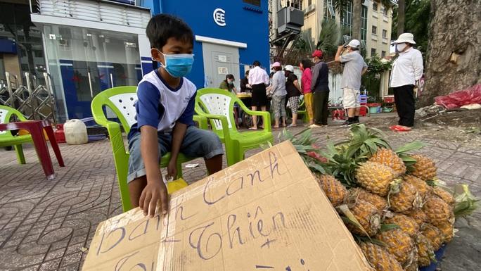 Hành động đẹp của cậu bé 10 tuổi ở góc đường An Dương Vương, quận 5 - Ảnh 2.