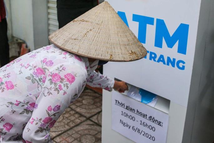 """""""ATM khẩu trang"""" miễn phí đầu tiên ở TP HCM vừa hoạt động - Ảnh 1."""