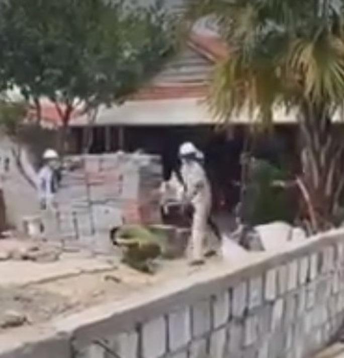 Xây nhà trái phép trong mùa dịch, một gia đình dùng gạch tấn công Công an phường - Ảnh 2.