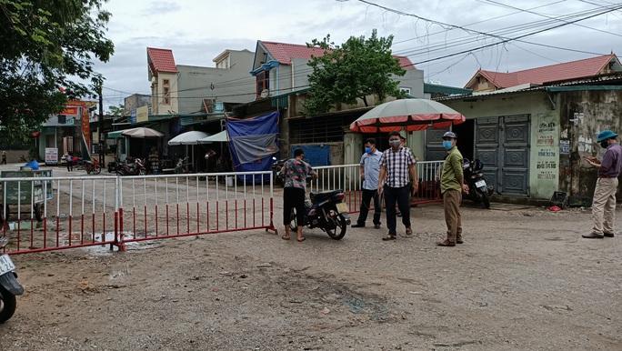 Lơ là chống dịch Covid-19, Phó chủ tịch xã ở TP Sầm Sơn bị đình chỉ công tác - Ảnh 1.