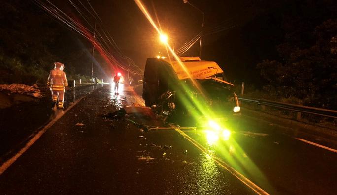 Hai xe tải tông trực diện trong đêm khiến 3 người thương vong - Ảnh 2.