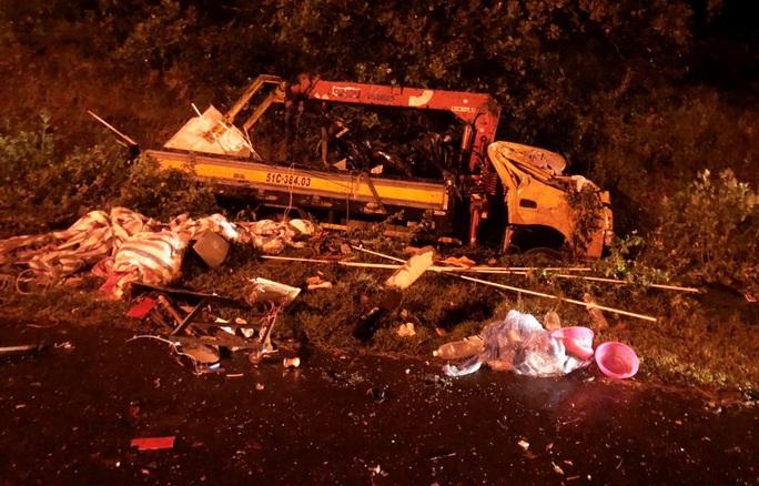 Hai xe tải tông trực diện trong đêm khiến 3 người thương vong - Ảnh 3.
