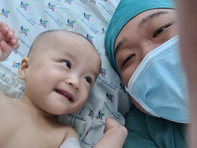 Bắt đầu cắt bột dịch chuyển xương chậu 2 bé Trúc Nhi-Diệu Nhi - Ảnh 1.