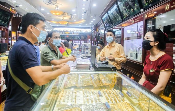 Giá vàng vượt mốc 62 triệu đồng/lượng: Người dân tấp nập mua bán - Ảnh 15.