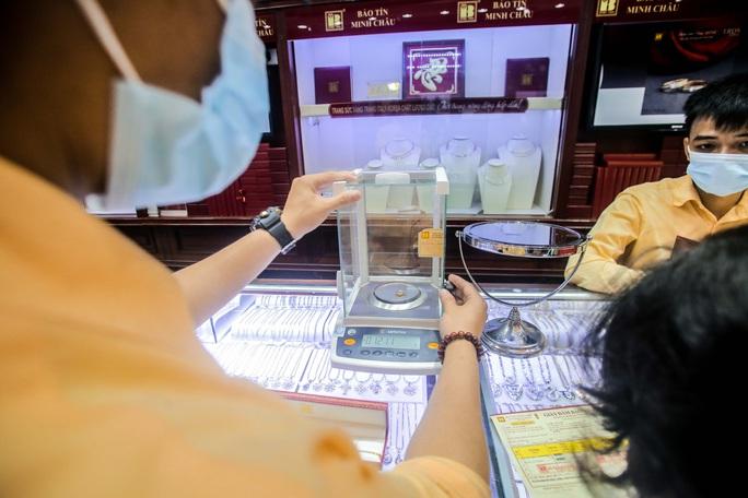 Giá vàng vượt mốc 62 triệu đồng/lượng: Người dân tấp nập mua bán - Ảnh 8.